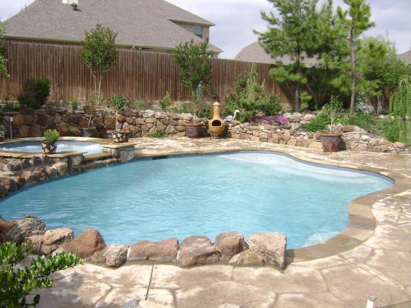 15 contemporary pool design ideas for small spaces and for Small pools for small yards